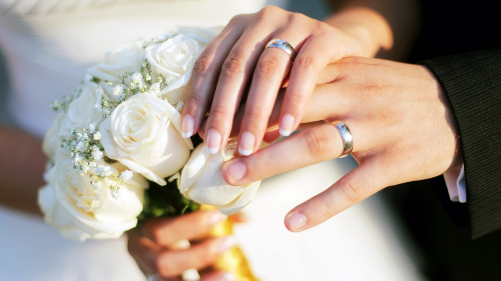 hands_wedding_rings_bouquet_roses_80655_2048x1152